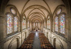 Kerk met glas in lood ramen van