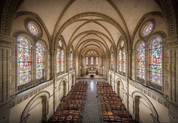 Kerk met glas in lood ramen van Inge van den Brande