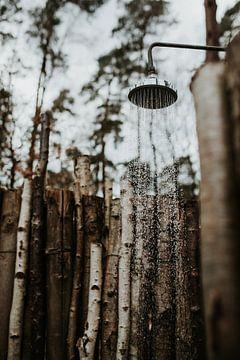 Douche extérieure dans les bois | Veluwe, Pays-Bas sur Trix Leeflang