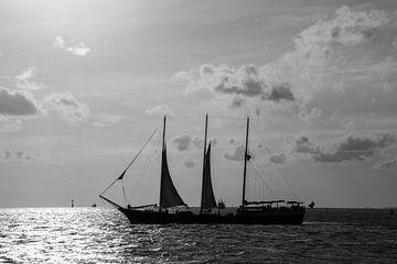 Segeln am Horizont. von scheepskijkerhavenfotografie
