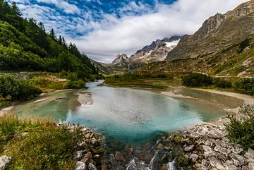 Meertje tussen de bergen bij Courmayeur in de Valle Di Aosta Italie van Thijs van Laarhoven