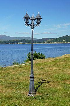 Lantaarn bij een loch in Schotland van Babetts Bildergalerie