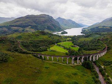 Luftbildpanorama von Loch Shiel mit Glenfinnan Viadukt im Vordergrund von Hans-Heinrich Runge