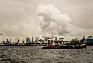 Vrachtschip in Velsen  van Yvon van der Wijk