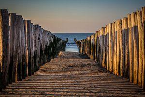 Tussen de palen op het strand van Domburg van Fotografie Jeronimo