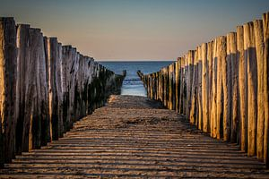 Tussen de palen op het strand van Domburg