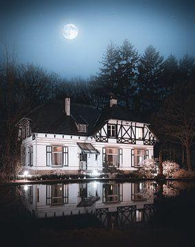 Ouderwetse Woning Apeldoorn, reflectie maan nacht van vedar cvetanovic