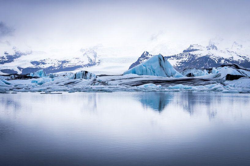 Gletsjermeer reflectie van Peter Postmus
