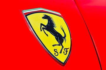 Logo Ferrari sur une Ferrari California