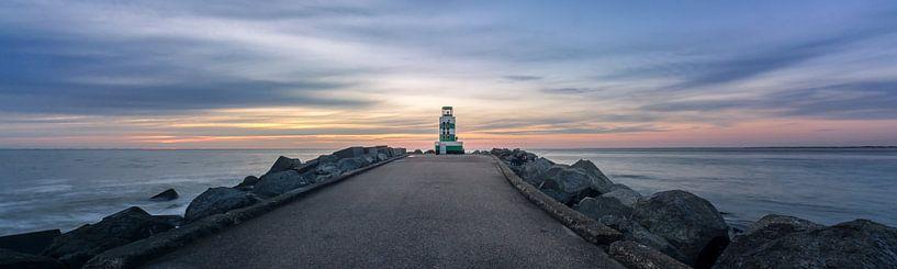 De vuurtoren van IJmuiden bij zonsondergang van Toon van den Einde