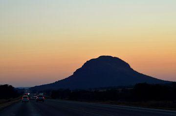 Zonsopgang achter een mooie berg van Vera Boels