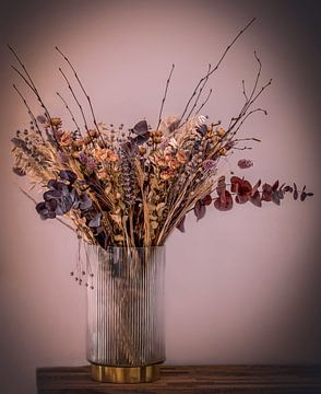 Stilleben getrocknete Blumen in Vase von Marjolein van Middelkoop