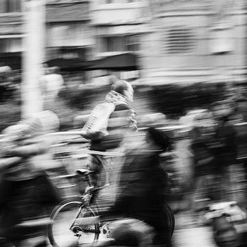 Radfahrer unter dem Volk von FRE.PIC