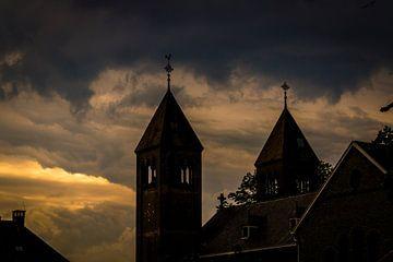 twee torens van kerkje in ulft op de avond van Frank Ketelaar