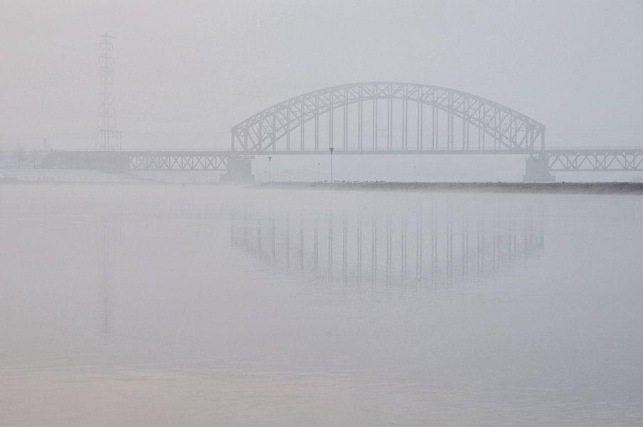 Brug in de mist van Paul Arentsen