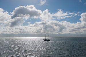 Zon over de Waddenzee met zeilboot