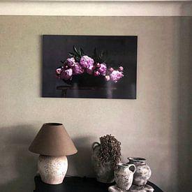Kundenfoto: Pfingstrosen in flacher Schale auf roter Bank von Affectfotografie, auf alu-dibond