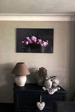 Kundenfoto: Pfingstrosen in flacher Schale auf roter Bank von Affect Fotografie