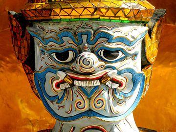 Böse aussehenden Wache an einem Tempel in Thailand von Rietje Bulthuis