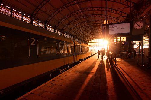 Zonsondergang op treinstation Hollands Spoor in Den Haag van