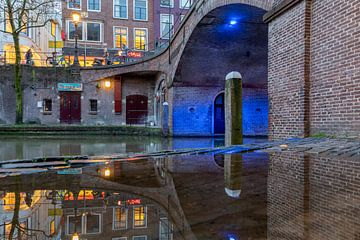 Blauwe brug, Bezembrug Utrecht tijdens het blauwe uurtje. van André Russcher