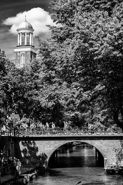 De Augustinuskerk en de Viebrug over de Oudegracht in Utrecht (zwart-wit)