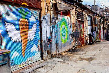 Retro straatbeeld street art graffiti, Tel Aviv van Inge Hogenbijl