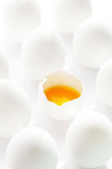 Witte eieren met gele dooiers in tegenstelling tot witte eieren