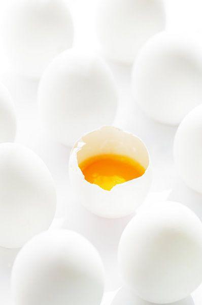 Witte eieren met gele dooiers in tegenstelling tot witte eieren van Tanja Riedel