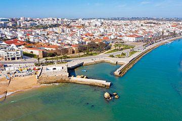 Luftaufnahme der Stadt Lagos an der Algarve in Portugal von Nisangha Masselink