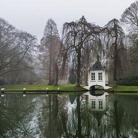thee huisje aan het water op een mistige dag van Patrick Verhoef