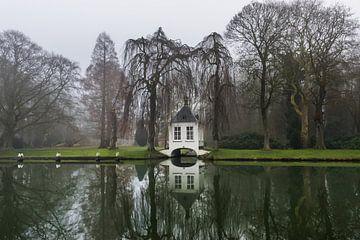 maison de thé au bord de l'eau par une journée brumeuse