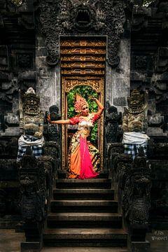 Bali-tempel ingang met danser van Fotos by Jan Wehnert