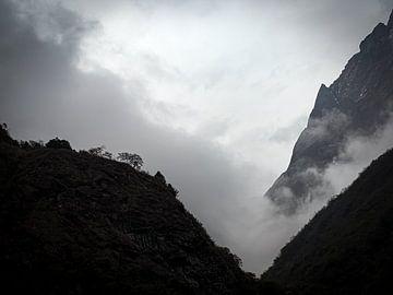 Nepal - Annapurna Track Himalaya - Eine dunkle und bewölkte Landschaft von Rik Pijnenburg