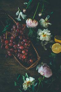 Stilleven van druiven, dahlia's, pioenrozen en citroen in oude meesters stijl van From My Eyes