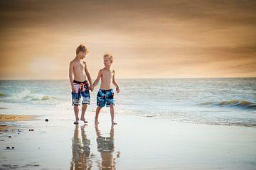 wandeling kinderen langs de zee van Kim Groenendal