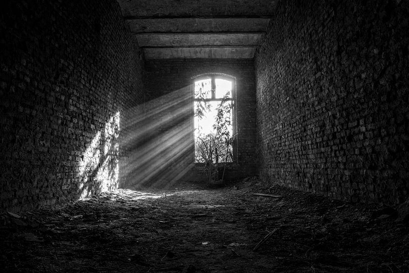 Schwarze und weiße Sonnenstrahlen urbex space von Sasja van der Grinten