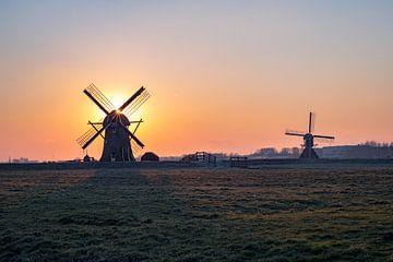 Twee molens bij zonsondergang van Menno van der Haven