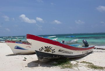 Vissersboot aan het strand von