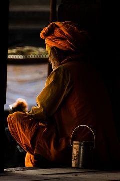 Alter Mann beim Meditieren auf der Veranda von Maarten Borsje