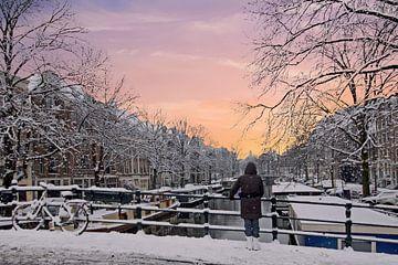 Besneeuwd Amsterdam Nederland bij zonsondergang van Nisangha Masselink