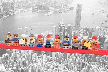 Lunch atop a skyscraper Lego edition - Hong Kong van Marco van den Arend