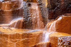 Oranje kolommen van basalt in de Studlagil vallei van