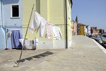 Doorkijkje met wapperend wasgoed. sur Annelies van der Vliet