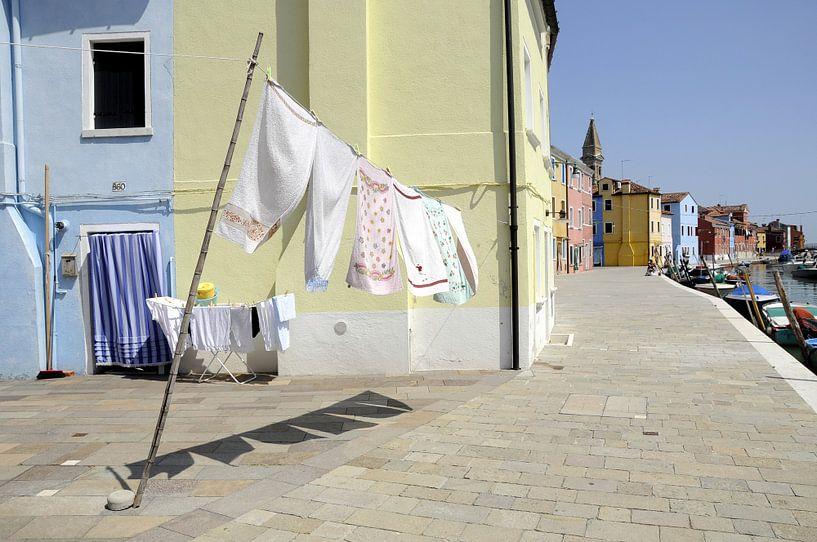 Doorkijkje met wapperend wasgoed. van Annelies van der Vliet