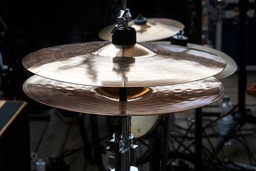 hi-hat op het podium, combinatie bekken in een percussiedrumset voor pop, rock, jazz, volksmuziek en van Maren Winter