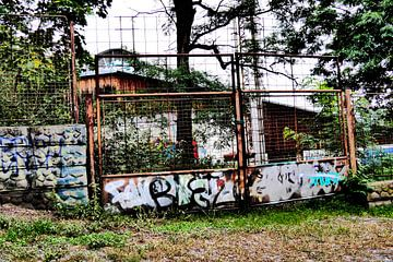 Prag - Zaun mit Graffiti von Wout van den Berg