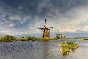 donkere wolken bij de molens van Kinderdijk