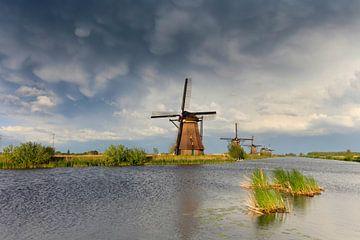 donkere wolken bij de molens van Kinderdijk van