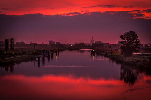 Leeuwarden gespiegeld in de ochtendzon